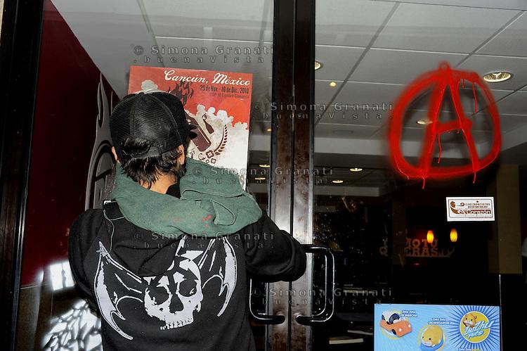 Messico,Cancun 6  Dicembre 2010.Corteo dei giovani anticapitalisti Anticap-Cop .Azioni e scritte contro le multinazionali.Mexico, Cancun . March of  young  anticapitalist against cop 16.