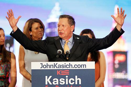 EREA (OH, EE.UU.), 15/03/2016.- El gobernador de Ohio (EE.UU.), John Kasich (d), habla junto a su esposa, Karen (i) hoy, martes 15 de marzo de 2016, en la Universidad Wallace University de Berea, Ohio (EE.UU.). Kasich logró hoy una victoria crucial sobre el multimillonario Donald Trump en las primarias republicanas de su estado, donde el ganador se lleva el total de 66 delegados en juego. EFE/DAVID MAXWELL