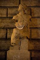 Roma 7 Febbraio 2011.Le statue di Roma tornano a parlare,  durante la notte  sono stati appesi dei cartelli sulle staue che fanno riferimento alla situazione politica attuale. Statua di Pasquino