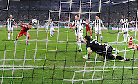 FUSSBALL  CHAMPIONS LEAGUE  VIERTELFINALE  RUECKSPIEL  2012/2013      Juventus Turin - FC Bayern Muenchen        10.04.2013 Mario Mandzukic (FC Bayern Muenchen) erzielt das Tor zum 0:1. Torwart Buffon Gianluigi (Juventus Turin) ist geschlagen