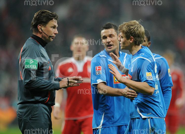 Fussball 1. Bundesliga   Saison   2009/2010  18. Spieltag  15.01.2010 FC Bayern Muenchen  - 1899 Hoffenheim Schiedsrichter Manuel Graefe (li)  ermahnt  Boris Vukcevic (re, Hoffenheim)