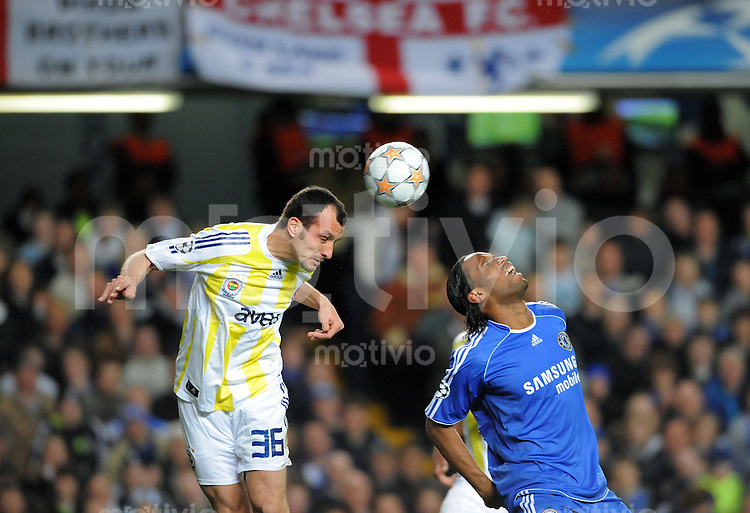 Fussball  Champions League   Viertelfinale   Saison 2007/2008     08.04.2008 FC Chelsea London - Fenerbahce Istanbul                        Didier Drogba  (re, Chelsea) gegen  Edu (Istanbul)
