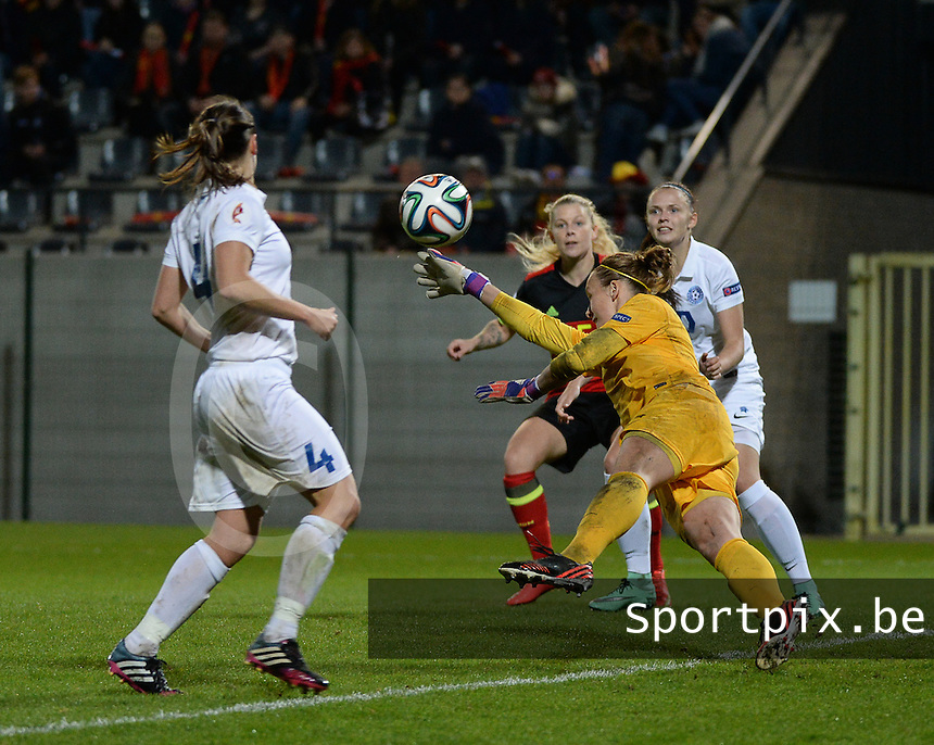 20160412 - LEUVEN ,  BELGIUM : save from Estonian goalkeeper Getter Laar pictured during the female soccer game between the Belgian Red Flames and Estonia , the fifth game in the qualification for the European Championship in The Netherlands 2017  , Tuesday 12 th April 2016 at Stadion Den Dreef  in Leuven , Belgium. PHOTO SPORTPIX.BE / DIRK VUYLSTEKE