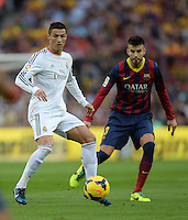 FUSSBALL  INTERNATIONAL  PRIMERA DIVISION  SAISON 2013/2014   10. Spieltag  El Clasico   FC Barcelona - Real Madrid         26.10.2013 Cristiano Ronaldo (li, Real Madrid) gegen Gerard Pique (hinten, Barca)