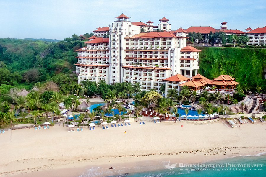 Bali, Badung, Nusa Dua. A large hotel by the cliffs in the southern part of Nusa Dua (from helicopter).