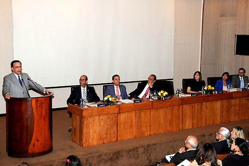 Héctor Valdez Albizu, gobernador del Banco Central, se dirige a los presentes en el acto.