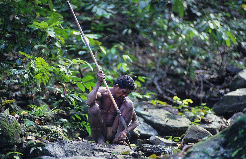 Batak indigenous hunter, rainforest, Palawan island, Philippines ...: nigeldickinson.photoshelter.com/image/I0000rKUEOSznivo