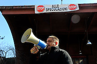 Roma 25 febbraio 2009.Occupato l'ex deposito Atac in via della Lega Lombarda, in prossimità di piazzale delle Province da Action, Volsci Trentadue e Campagna di prevenzione dalle speculazioni, contro il possibile cambio di destinazione d'uso-.Andrea Alzetta detto Tarzan consigliere del Comune di Roma.Occupied the ex deposit Atac in the street of the League Lombarda, in proximity of square of the Provinces, from Action, Volsci Trentadue and Country of prevention from the speculations, against the possible change of destination of use.  .Andrea Alzetta, said Tarzan adviser of the Commune in Rome with the megaphone..The banner reads: Stop to the speculations  .