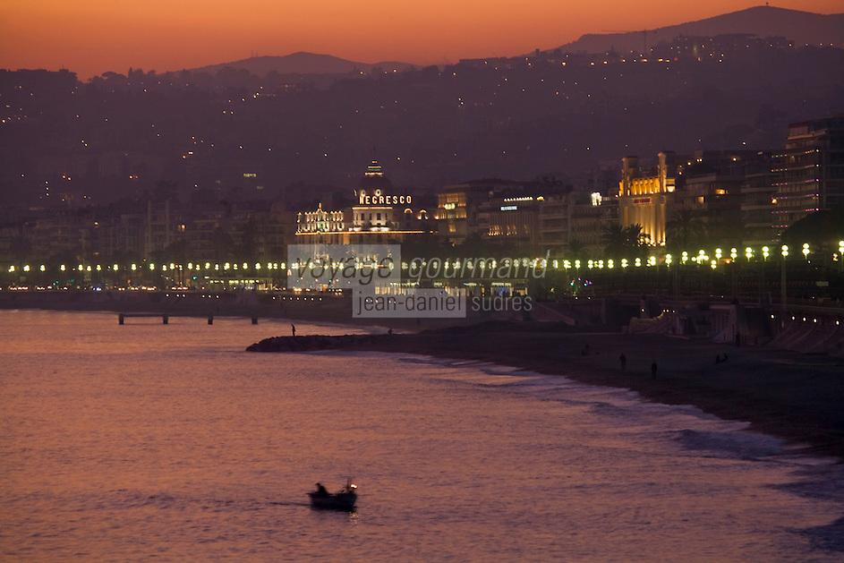 Europe/France/Provence-Alpes-Côte d'Azur/06/Alpes-Maritimes/Nice: La Promenade des  Anglais au crépuscule et le pointu d'un pécheur