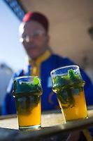 Afrique/Afrique du Nord/Maroc/Rabat: Service du thé à la menthe à la terrasse du Café Maure situé dans le jardin des Oudaïas dans la kasbah des Oudaïas