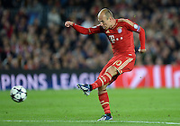 FUSSBALL  CHAMPIONS LEAGUE  HALBFINALE  RUECKSPIEL  2012/2013      FC Barcelona - FC Bayern Muenchen              01.05.2013 Arjen Robben (FC Bayern Muenchen) zieht ab