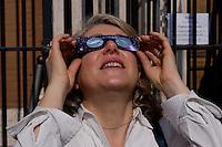 Roma 20 Marzo 2015<br /> Eclissi solare parziale al quartiere San Lorenzo. La gente si riunita questa mattina in Piazza Immacolata, per osservare  l'eclissi solare parziale. Una donna  guarda l'eclissi solare parziale  attraverso gli occhiali da sole speciali di protezione<br /> <br /> Rome March 20, 2015<br /> Partial solar eclipse. People gather this morning in Piazza Immacolata, District San Lorenzo, to get a rare glimpse of the solar eclipse. A woman watch the partial solar eclipse, through special protective sunglasses.