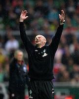 FUSSBALL   1. BUNDESLIGA   SAISON 2012/2013    33. SPIELTAG SV Werder Bremen - Eintracht Frankfurt                   11.05.2013 Trainer Thomas Schaaf (SV Werder Bremen) emotional an der Seitenlinie