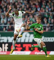 FUSSBALL   1. BUNDESLIGA   SAISON 2012/2013    30. SPIELTAG SV Werder Bremen - VfL Wolfsburg                          20.04.2013 Naldo (li, VfL Wolfsburg) gegen Nils Petersen (re, SV Werder Bremen)