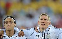 FUSSBALL  EUROPAMEISTERSCHAFT 2012   VORRUNDE Daenemark - Deutschland       17.06.2012 Mesut Oezil (li) und Bastian Schweinsteiger (re, beide Deutschland)