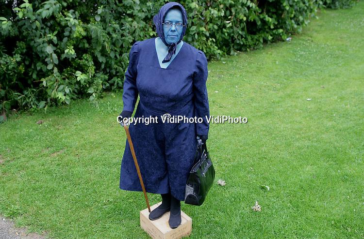 Foto: VidiPhoto..WESTERVOORT - Living Statue Oma Truus uit Westervoort.