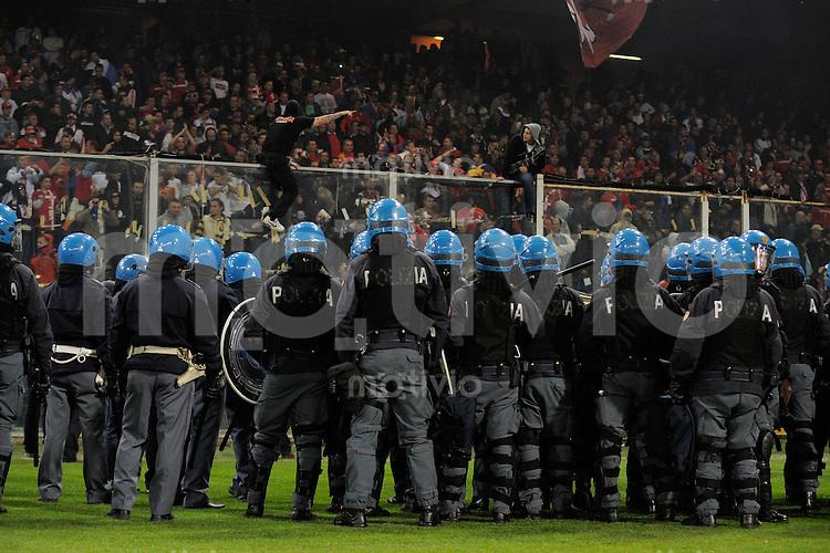 FUSSBALL INTERNATIONAL  EM 2012-Qualifikation  Gruppe C Italien  - Serbien               13.10.2010 SPIELABBRUCH; Wegen zu agressiver Stimmung im serbischen Fanblock; wird das Spiel abgebrochen.  Die Polizei schirmt den Gaestefanblock ab.