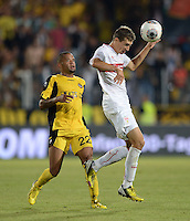 FUSSBALL   INTERNATIONAL   UEFA EUROPA LEAGUE   SAISON 2013/2014    Qualifikation VfB Stuttgart - Botev Plovdiv    08.08.2013 Daniel Schwaab (re, VfB Stuttgart)  gegen Romario Krotzorg (Botev Plovdiv)