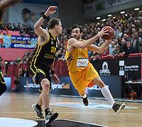 Basketball  1. Bundesliga  2016/2017  Hauptrunde  16. Spieltag  27.12.2016 Walter Tigers Tuebingen - MHP Riesen Ludwigsburg Alvaro Munoz (re, Tigers) gegen Chad Toppert (li, Ludwigsburg)