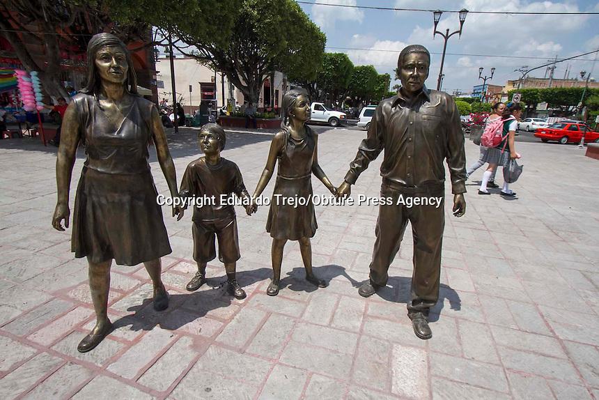 San Juan del R&iacute;o, Qro. 7 septiembre 2015.- Despu&eacute;s de varios meses de permanecer cerrado por remodelaci&oacute;n, recientemente se abri&oacute; al p&uacute;blico el Jard&iacute;n de la Familia, ubicado en pleno centro de la ciudad.<br /> <br /> El atractivo de la remodelaci&oacute;n es una escultura met&aacute;lica que representa a una famila de 4 miembros y frente a ellos una fuente con chorros de agua a nivel de piso.