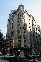 Hector Guimard: 19 Rue La Fontaine at Rue Agar, Paris 1911. Photo '90.