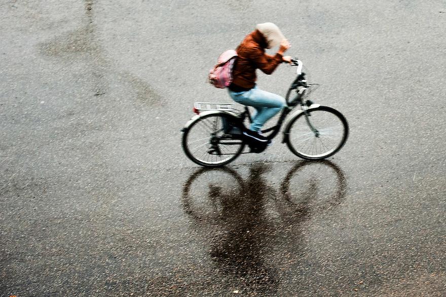 Nederland, Zeist, 24 sept 2014<br /> Rotweer. Regen en wind spelen fieter parten op de asfaltvlakte.<br /> Let op, foto heeft bewegingsonscherpte.<br /> Foto: (c) Michiel Wijnbergh