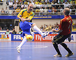 Fussball  International  FIFA  FUTSAL WM 2008   19.10.2008 Finale Brasilien - Spanien Brazil -  Spain Javi Rodriguez (re, ESP) gegen Schumacher (BRA)