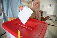 23 ottobre 2011 Tunisi, elezioni libere per l'Assemblea Costituente, le prime della Primavera araba: una donna inserisce la sua scheda elettorale dentro all'urna.<br /> premieres elections libres en Tunisie octobre <br /> tunisian elections