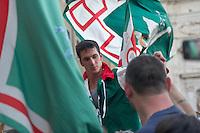 """Siena 02/07/2013: Palio di Siena. Il palio del mese di Luglio è dedicato alla festa di Santa Maria di Provenzano. In ogni Palio prendono parte massimo 10 delle 17 contrade presenti nella città. La scelta viene estratta a sorte. La contrada dell'Oca si è aggiudicato il Palio con il cavallo """"Guess"""" guidato dal fantino Giovanni Atzeni conosciuto come """"Tittia"""".  Nella foto il fantino Giovanni Atzeni detto """"Tittia"""" portato in spalla dopo la vittoria.  Foto Adamo Di Loreto/BuenaVista*photo"""