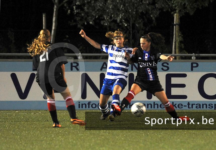 AA Gent - Heerenveen :<br /> Jessie Taets (M) probeert de bal te veroveren van Siska Folkertsma (L) en Yvonne Ploeg (R)<br /> foto Dirk Vuylsteke