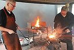 Foto: VidiPhoto<br /> <br /> HUISSEN - Spectaculaire beelden vrijdag tijdens een demonstratie vuurlassen tijdens de Landelijke Lasgroepen Dag bij Certilas in Huissen. Doel van de dag was het uitwisselen van vakkennis van het gebied van lastechnieken. Het Huissense kenniscentrum liet de Nederlandse lassers ook kennis maken met een techniek die al eeuwen oud is en alleen nog maar voor restauratiewerkzaamheden wordt toegepast. De enige smederij in Nederland waar een beroepsopleiding restauratiesmeden gevolgd kan worden, Mondra Opleidingen in Andelst in de Betuwe, verzorgde de spectaculaire demonstraties. Vuurlassen is een arbeidsintensieve wijze van smeden waarbij verschillende lagen staal aan elkaar gesmeed worden en waarbij een enorme vonkenregen ontstaat.