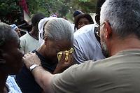Terremoto en Haiti.  El sacerdote Jose Miguel de Haro de la ONG  Acoger y Comparti, que construyo el colegio de San Gerardo donde han muerto mas de 300 alumnos habla con las familias de las victimas..After quake in Haiti, the population affected suffer the consecuences of the disaster