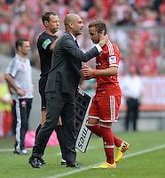 Fussball  1. Bundesliga  Saison 2013/2014  3. Spieltag FC Bayern Muenchen - 1. FC Nuernberg       24.08.2013 Auswechslung; Trainer Pep Guardiola (li, FC Bayern Muenchen) umarmt Mario Goetze (FC Bayern Muenchen)