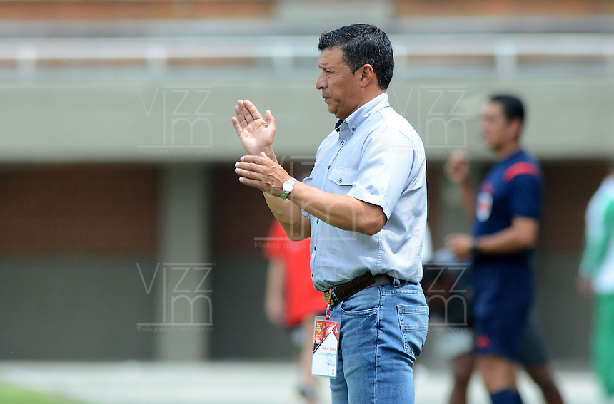 ENVIGADO -COLOMBIA-10-04-2016. Nilton Bernal técnico de Fortaleza FC gesticula durante el encuentro con Envigado FC por la fecha 12 de la Liga Águila I 2016 realizado en el Polideportivo Sur de la ciudad de Envigado./ Nilton Bernal coach of Fortaleza FC gestures during match against Envigado FC for the date 12 of the Aguila League I 2016 played at Polideportivo Sur in Envigado city.  Photo: VizzorImage/ León Monsalve /STR