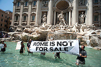 "Roma 14 Luglio 2010.Protesta di  attivisti dei Blocchi precari metropolitani e dei movimenti per il diritto all'abitare contro «il nuovo bilancio comunale di Roma». Si sono immersi nella Fontana di Trevi per dimostrare di essere «precari con l'acqua alla gola»..Rome 14 July 2010.Protest  Block Precarious Metropolitan  activists and movements for the right to housing against ""the new municipal budget of Rome."" You are immersed in the Trevi Fountain to prove 'precarious with water in the throat. """