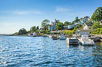 Hus bryggor motorbåtar på Dalarö Stockholms skärgård.