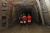 ITALIA Torino  Miniere di talco Val Chisone ITALIE Turin Mines de talc de la Val Chisone *** Local Caption *** Groupe de mineurs a l'exterieur des mines Italy Turin talc mines