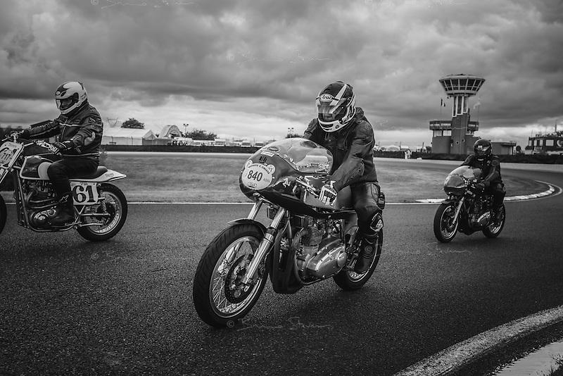 Circuit Carole, pr&egrave;s de Paris, Septembre 2016<br />Chaque ann&eacute;e, les Troph&eacute;es G&eacute;rard Jumeaux rassemblent des enthousiastes autour de magnifiques motos anciennes. Vitesse (parfois), amiti&eacute; (toujours) et bonheur (immense) sont les ingr&eacute;dients de ce formidable moment de passion.
