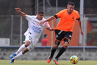 ENVIGADO -COLOMBIA-10-01-2014. Andres Orozco (Der) de Envigado disputa el balón con Jaime Sierra (Izq) de Once Caldas durante partido amistoso de pretemporada de la Liga Postobón I 2014 realizado en el Polideportivo Sur de la ciudad de Envigado./ Andres Orozco (L) of Envigado fights for the ball with Jaime Sierra (L) of Once Caldas during friendly match of  preseason of the Postobon League I 2014 at Polideportivo Sur in Envigado city.  Photo: VizzorImage/Luis Ríos/STR