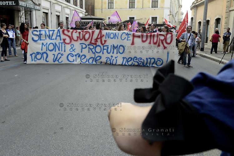 Roma, 26 Maggio 2012.Corteo di studenti, precari e  insegnanti in difesa della scuola pubblica..Lutto al braccio in ricordo di Melissa