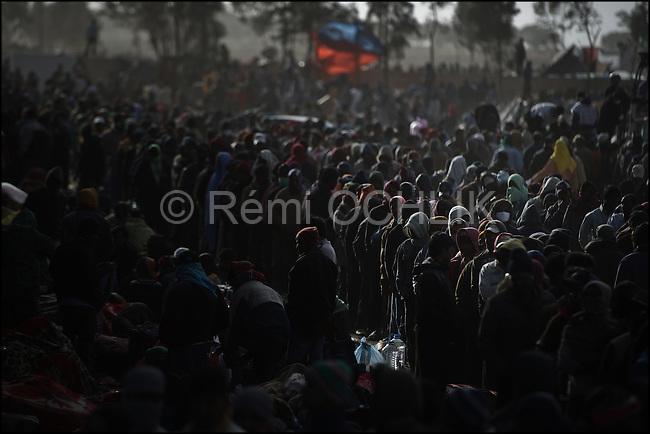 © Remi OCHLIK/IP3 - RA'AS AJADIR, Tunisia and Libyan border - March 4 --  Men from Bangladesh, who used to work in Libya but recently fled the unrest, arrive at night fall in Choucha refugees camp...Bangladeshis were angry at their country's government for not doing more to get the refugees home. Most of the Bangladeshis appear to have arrived in Tunisia penniless because their Libyan employers did not pay them or because they were robbed on the way.