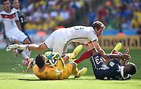 FUSSBALL WM 2014                VIERTELFINALE Frankreich - Deutschland           04.07.2014 Torwart Hugo Lloris (li) und Patrice Evra (re, beide Frankreich)  gegen Thomas Mueller (Mitte, Deutschland)