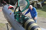 Foto: VidiPhoto<br /> <br /> ARNHEM - Eigenaar Eef Peters van het Arnhemse Oorlogsmuseum 40-45, toont vrijdag trots zijn nieuwste aanwinst: een Russische MIG-21 uit de jaren vijftig. Het museum heeft het gevechtsvliegtuig in bruikleen gekregen omdat eigenaar Gijs Folmer uit Ede kampt met ruimtegebrek. Die kocht het vliegtuig ooit op een sloperij. Hoewel items uit de koude oorlog niet bij de collectie van het museum passen, verwacht Peters dat het gevechtstoestel veel nieuwe en vooral jeugdige belangstellenden naar het museum trekt. Behalve dat dit een van de weinig MIG's in Nederland is, mogen bezoekers ook plaatsnemen in de cockpit en achter de stuurknuppel. De straaljager is zoveel mogelijk in originele staat hersteld. Alleen de vleugels zijn vanwege het transport wat ingekort. Het Sovjettoestel werd in de jaren '50 ingezet in Tsjecho-Slowakije om de grenzen van het Oostblok te bewaken. In die tijd was het met een topsnelheid van 2000 km/u en geavanceerde apparatuur en bewapening een geduchte tegenstander van NAVO-toestellen.