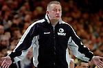 Handball Herren, 1.Bundesliga 2003/2004 Goeppingen (Germany) FrischAuf! Goeppingen - Wilhelmshavener HV (25:27) Trainer Michael Biegler (WHV) streckt ratlos die Arme von sich.