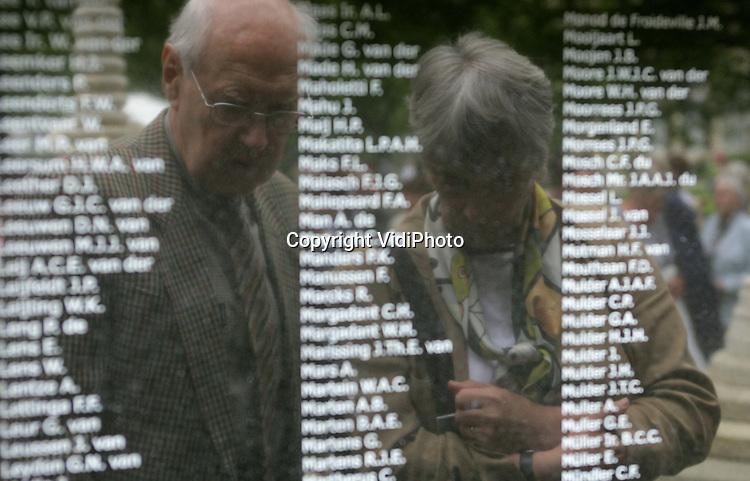 Foto: VidiPhoto..ARNHEM - Alle 3272 namen van Nederlanders die omgekomen zijn bij de aanleg van de Birma-spoorlijn in de Tweede Wereldoorlog, zijn vanaf nu te lezen op drie gedenkplaten. De platen zijn zaterdag onthuld bij het Birma-Siam Monument in de tuin van het militair tehuis Bronbeek in Arnhem. Het openbaar maken van alle namen van gevallenen was een lang gekoesterde wens, maar tot nog toe was daar geen geld voor. Een schenking heeft het .vervaardigen van de plaquettes mogelijk gemaakt. In 1942 en 1943 lieten de Japanse bezetters in voormalig Nederlands-Indië duizenden krijgsgevangenen onder erbarmelijke omstandigheden werken aan de spoorlijn, die Birma met Siam moest verbinden.