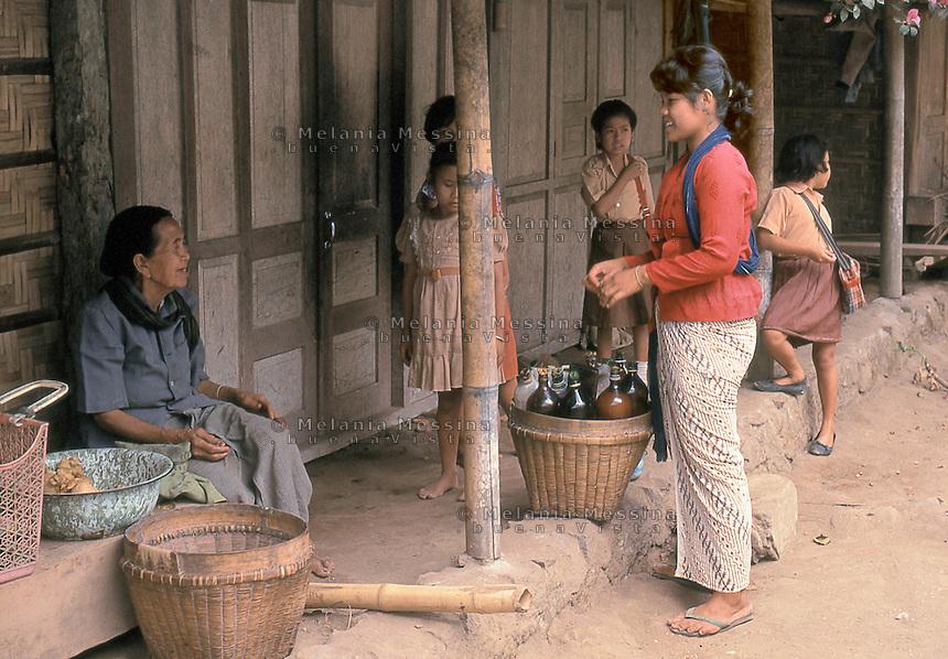 Indonesia, Java island, woman selling  jamu (traditional Javanese herbal medicine).<br /> Indonesia; Giava,donna vende jamu ( medicina tradizionale giavanese) nei villaggi.