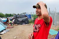SERBIEN, 08.2016, Kelebija. Internationale Fluechtlingskrise: An der mit Zaeunen abgesperrten ungarischen Grenze stauen sich Fluechtlinge und Migranten. Sie bitten meist vergebens um Einlass in die  Asyl- und Transitzonen (blaue Container). So haben sich auf serbischer Seite provisorische Lager mit sehr schlechten Bedingungen gebildet. | International refugee crisis: Refugees and migrants have been piling up at the fenced-off Hungarian border. They are waiting for entrance into the asylum and transit zones (blue containers), mostly in vain. Thus provisional camps have emerged on the Serbian side with very bad conditions. In the picture Amine Salhi.<br /> &copy; Szilard V&ouml;r&ouml;s/EST&amp;OST