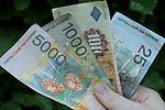 Foto: VidiPhoto:..PARAMARIBO - De Surinaamse gulden is onderhevig aan een torenhoge inflatie. Suriname zal daarom waarschijnlijk begin volgend jaar haar munteenheid veranderen van gulden in dollar. De regering in Paramaribo bereidt een wetsontwerp voor om hiervoor goedkeuring van het Surinaamse parlement te krijgen. Dat melden Surinaamse media vrijdag. De wijziging houdt verbandt met de sterke inflatie van de Surinaamse gulden en met soortgelijke operaties in de regio. De ingangsdatum van de valutaverandering is vastgesteld op 1 januari 2004.