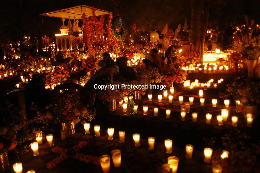 Aspectos de la Noche de Muertos en Tzintzuntzán, poblado cercano a  Pátzcuaro que registró el 100% de ocupación hotelera en estas festividades de todos Santos y Dia de Muertos en Michoacán.