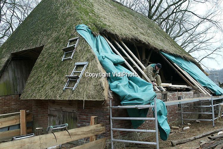 Foto: VidiPhoto..ARNHEM - Het Blauwe Loshoes van het Nederlands Openluchtmuseum in Arnhem, een van de eerste en oudste gebouwen in het park, wordt op dit moment ingrijpend gerestaureerd. De boerderij dateert van voor 1773, is afkomstig uit het Gelderse Harreveld en werd in 1924 overgeplaatst naar het museum. Omdat de boerderij geen fundering heeft en op zondgrond is gebouwd, is het in de loop van de jaren gaan verzakken. Vorig jaar werd het Loshoes ook nog eens flink beschadigd door een storm. Omdat het museum kampt met geldgebrek is er een achterstand in het onderhoud. Het park zoekt daarom bedrijven die gebouwen willen adopteren.